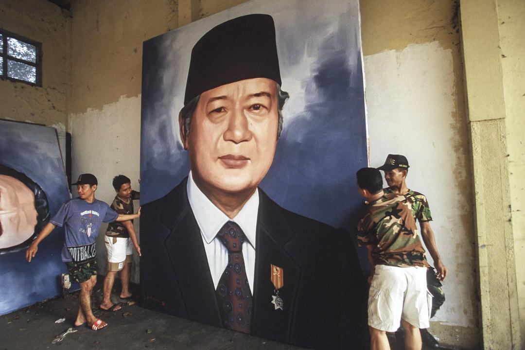 1998年5月1日,蘇哈託在印尼雅加達辭職後的一天,市民將其肖像從雅加達一個軍營的牆壁上移走。