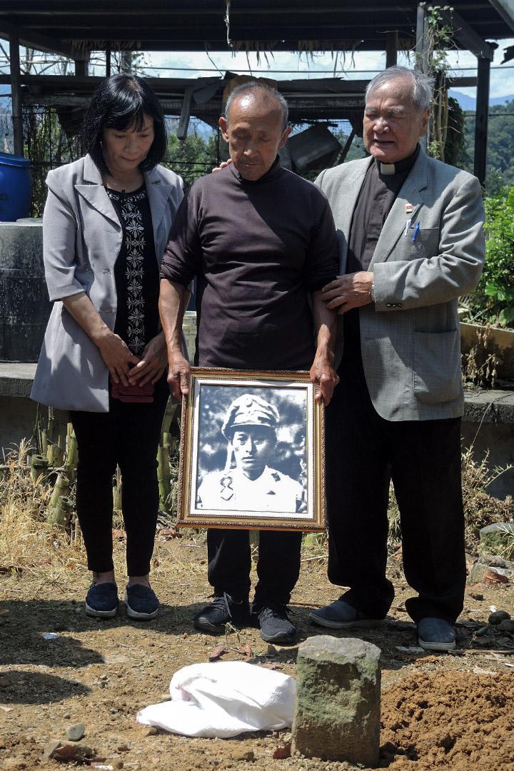 如果要用可以用  布農族政治事件當事人Avali Islituan(伍保忠)終於在5月25日歸返他所生長的部落,與家人團聚,並在故鄉的土地上安息。圖為促轉會代理主委楊翠(左)到南投縣信義鄉東埔教會,參加告別禮拜與葬禮,代表政府向Avali的家屬與族人致意。