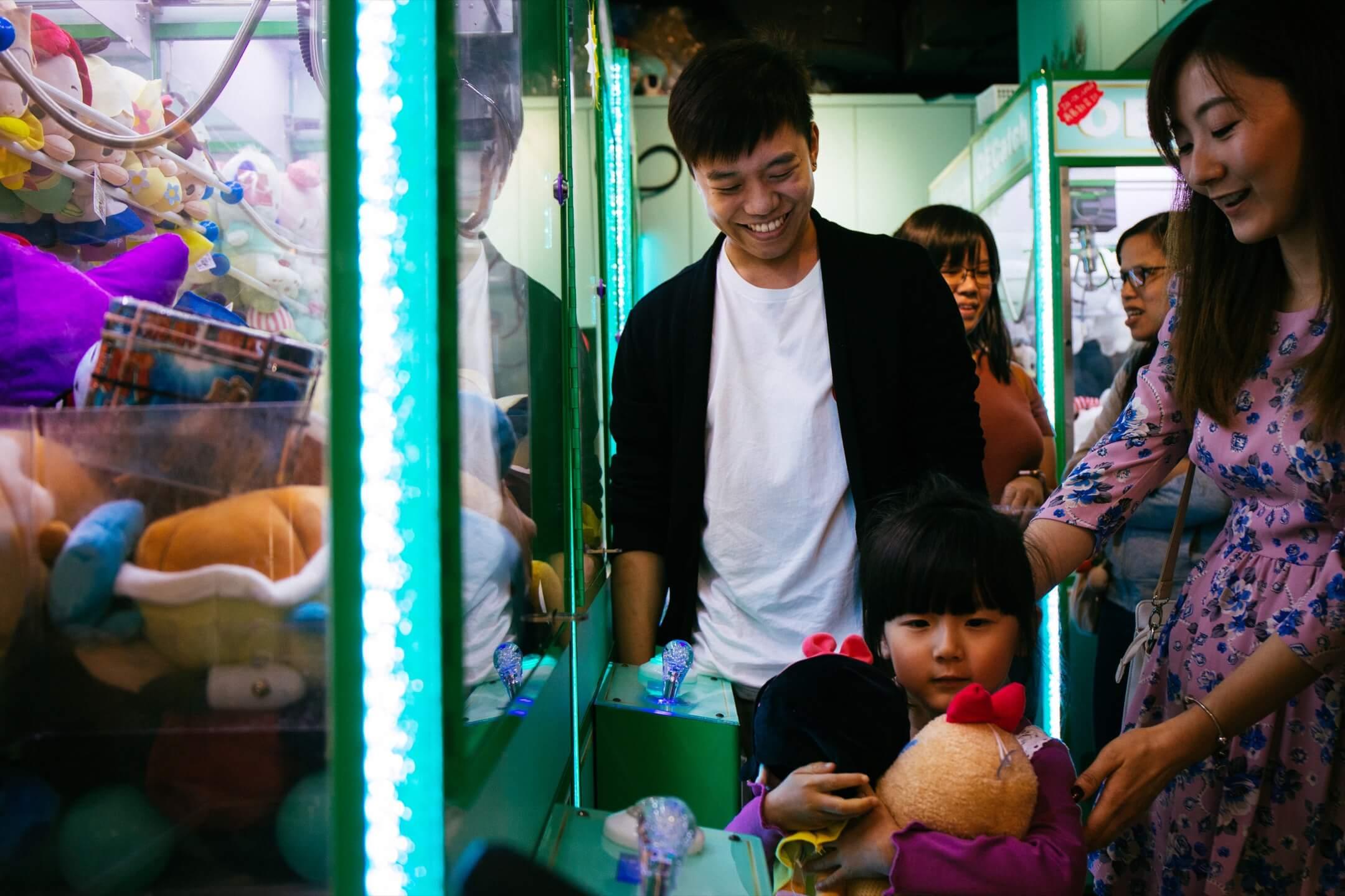 在魏嘉俊「失業」的幾個月裡,他找到了新興趣,將新興趣變成了新工作,甚至還確立了新志向──成為香港第一位「駐店夾公仔導師」。 攝:Stanley Leung/端傳媒
