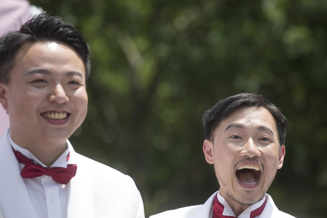 戶外婚禮派對上,同志伴侶接受親友及賓客熱情的祝賀。