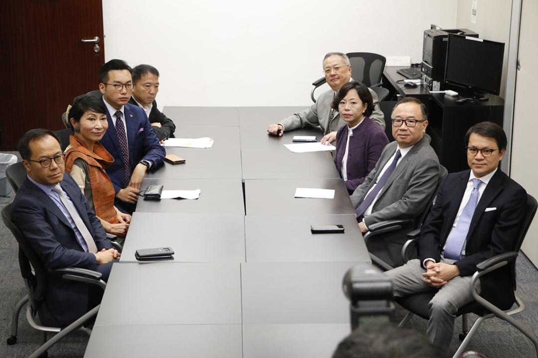 2019年5月16日,香港立法會泛民及建制兩派舉行談判,惟建制派拒絕泛民提出的兩大條件,談判僅歷時約15分鐘即結束。 圖:端傳媒