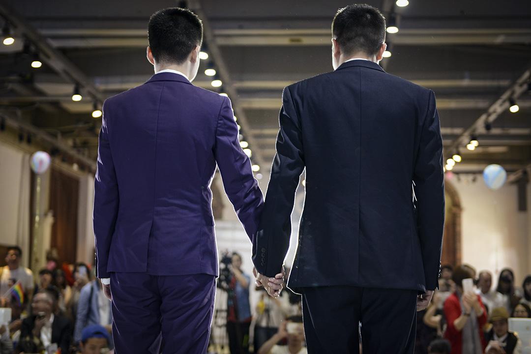 2016年5月17日,孫文麟(左)和他的同性伴侶胡明亮在中國湖南省長沙市舉行婚禮。
