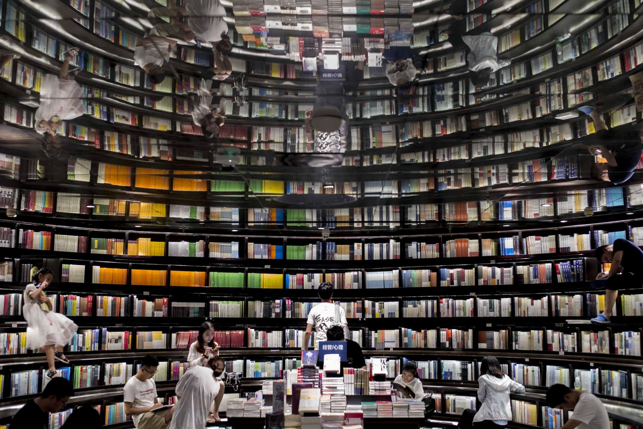 雖然出版業向來要與審查制度打交道,但受訪的編輯普遍表示,近兩年來,整個出版流程上的審查尺度都存在明顯的收緊——尤其是在主管部門從國家新聞出版廣電總局轉到中宣部以後。 圖為杭州一間書店。