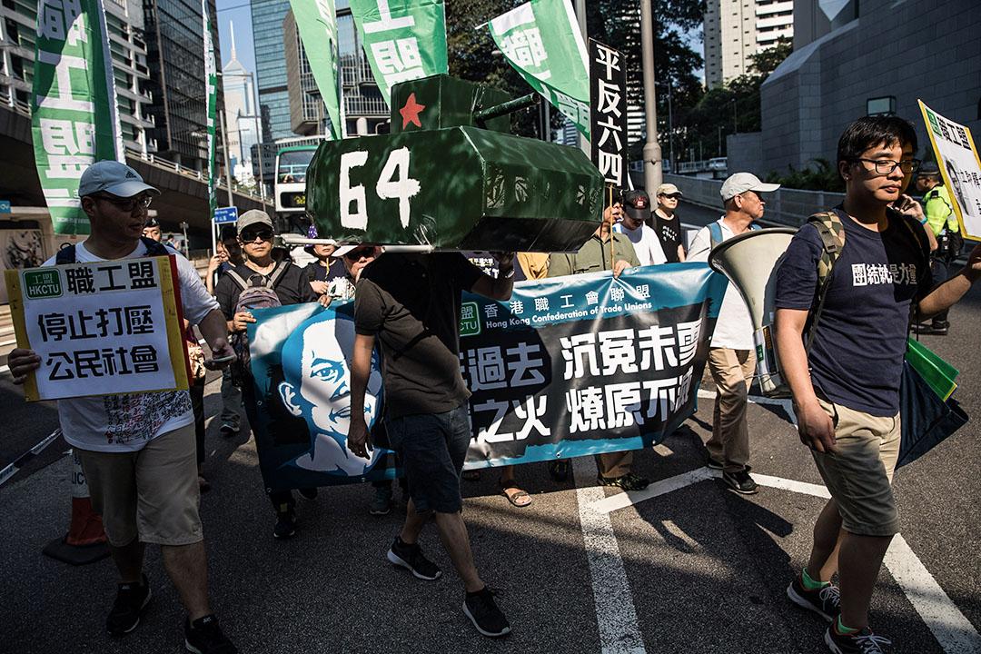 2017年5月28日,香港一名示威者於六四二十八週年遊行期間,背著中國軍用坦克模型。