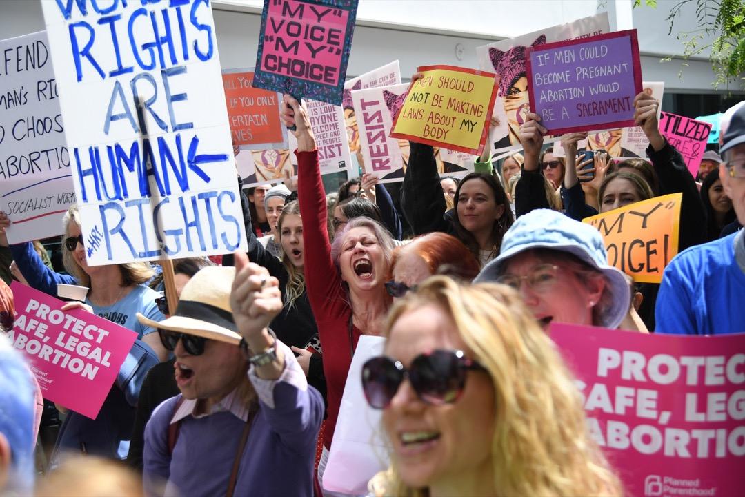 2019年5月15日,阿拉巴馬州州長凱伊正式簽署了被稱為全美最嚴的反墮胎法案,幫助墮胎的醫生還可能被判最高長達99年的監禁。 攝:Robyn Beck/AFP/Getty Images