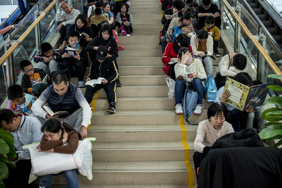 深圳書城的閱讀群眾。