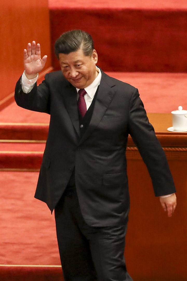 2019年4月30日,國家主席習近平在北京人民大會堂舉行的五四運動100週年演講結束時向觀眾揮手致意。