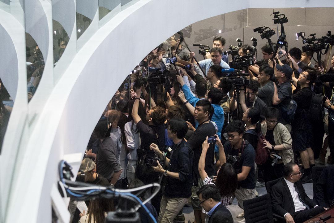 大批記者追著經民聯議員石禮謙離開會議室。
