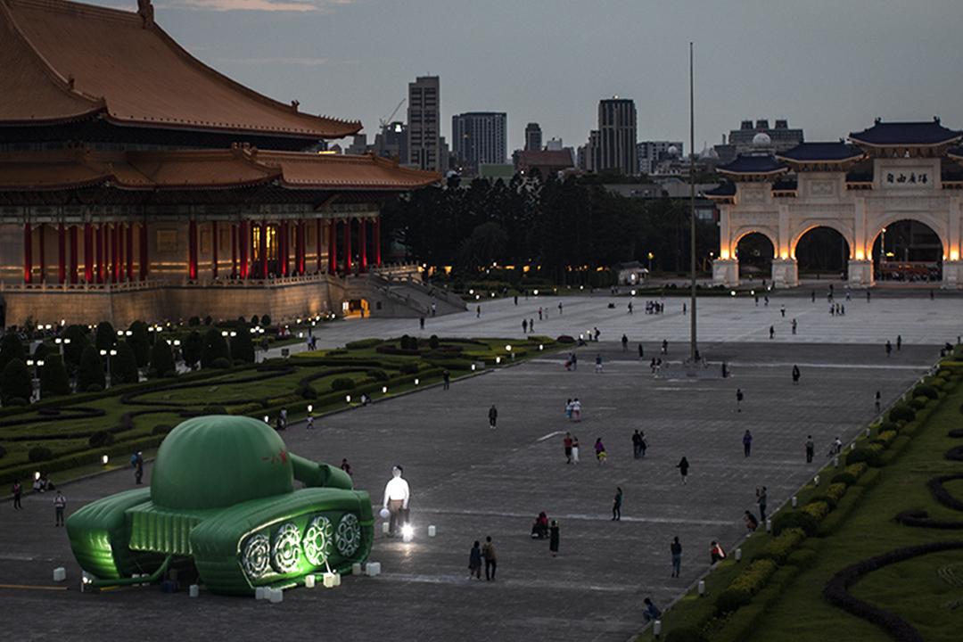 2019年5月23日,台灣藝術家的作品,一個巨型的充氣坦克人放置在台灣中正紀念堂。