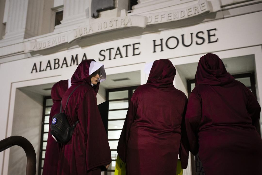 2019年5月14日,美國阿拉巴馬州首府蒙哥馬利市,示威者穿上電視劇《侍女的故事》中的服飾,到阿拉巴馬州州議會大廈抗議當地政府通過嚴苛的墮胎法。 攝:Elijah Nouvelage/The Washington Post via Getty Images