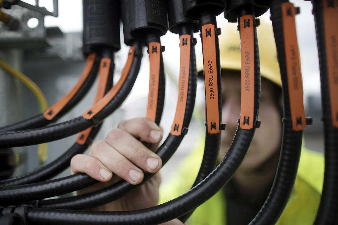 2019年3月15日在英國倫敦,一名工程師正在檢查網絡設備中由華為供應的組件。 攝:Simon Dawson / Bloomberg via Getty Images