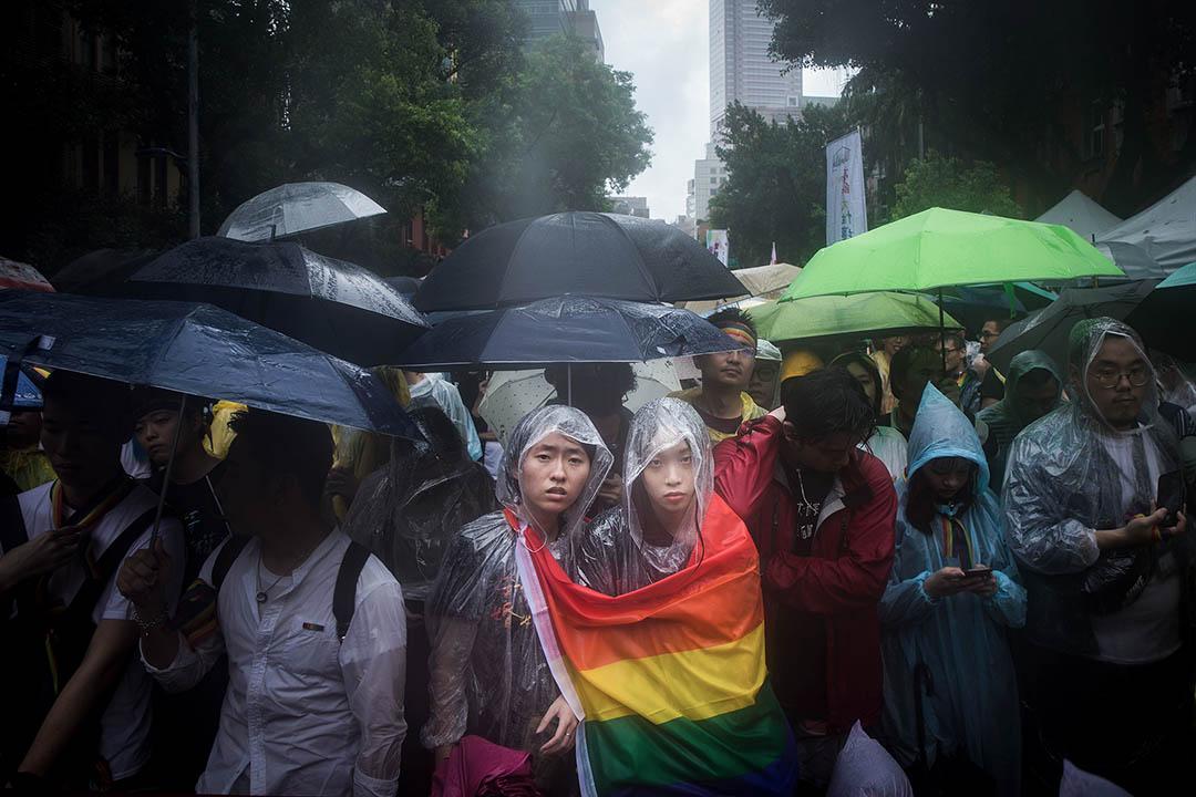 2019年5月17日,台北立法院外挺同團體發起集會,一對情侶在雨中觀看表決過程。