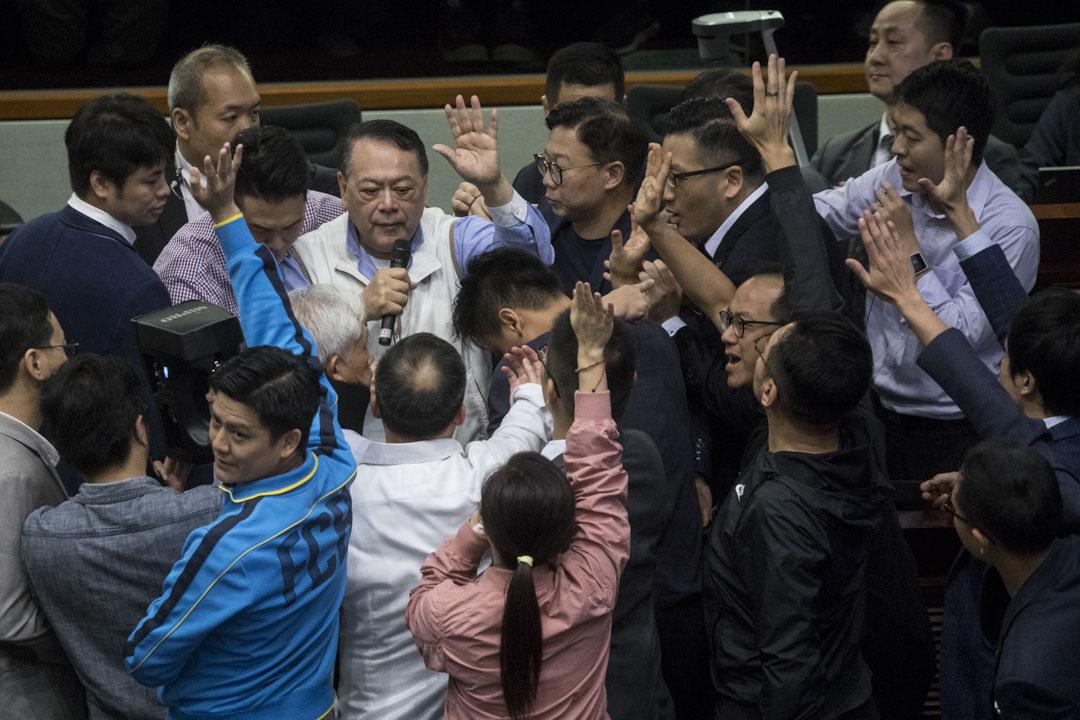 11:57AM - 經民聯議員石禮謙試圖以法案委員會主持身份,在眾黨派議員包圍下,主持委員會的主席選舉。