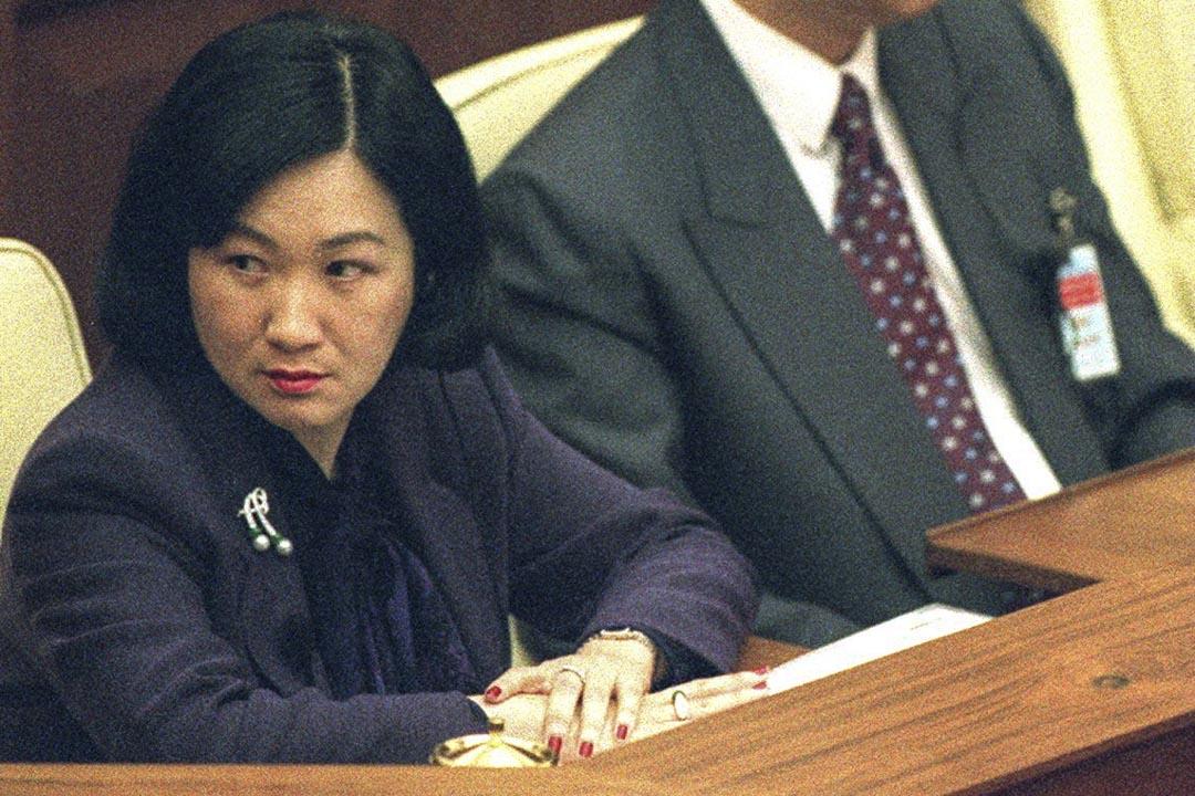 1999至年-2000年間,香港保安局數度訪問內地當局,商談中港移交協議,最終不了了之。圖為1999年,時任保安局局長葉劉淑儀出席立法會。