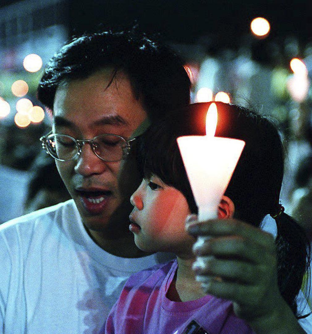 1990至1995間,維園六四燭光晚會參與人數驟跌,李立峯認為這種忽然冷漠應該根據當時的政治環境去理解。圖為1994年維園燭光晚會。