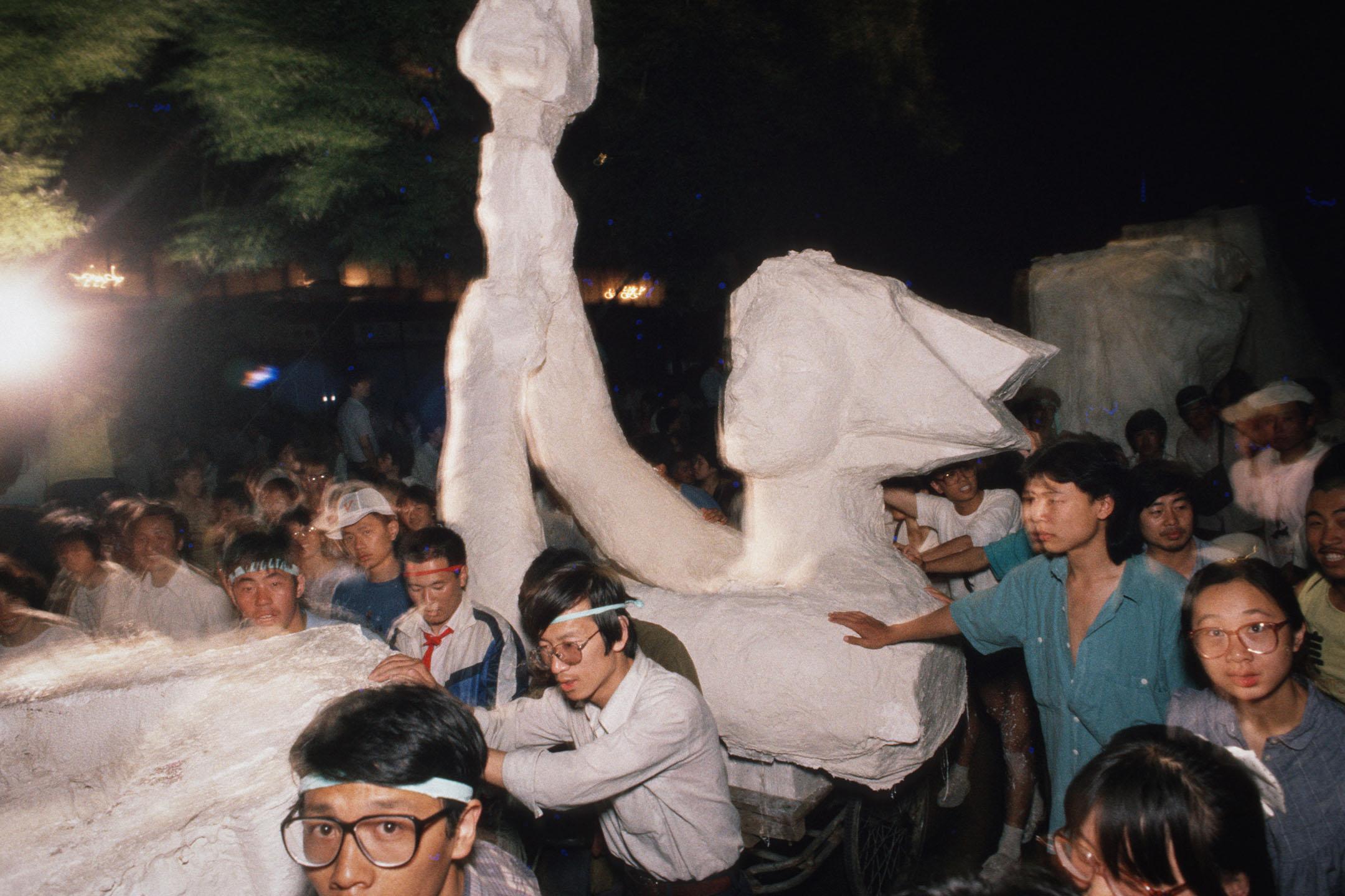 """1989年6月1日,北京的學生示威者帶著""""民主女神""""像前往天安門廣場。"""