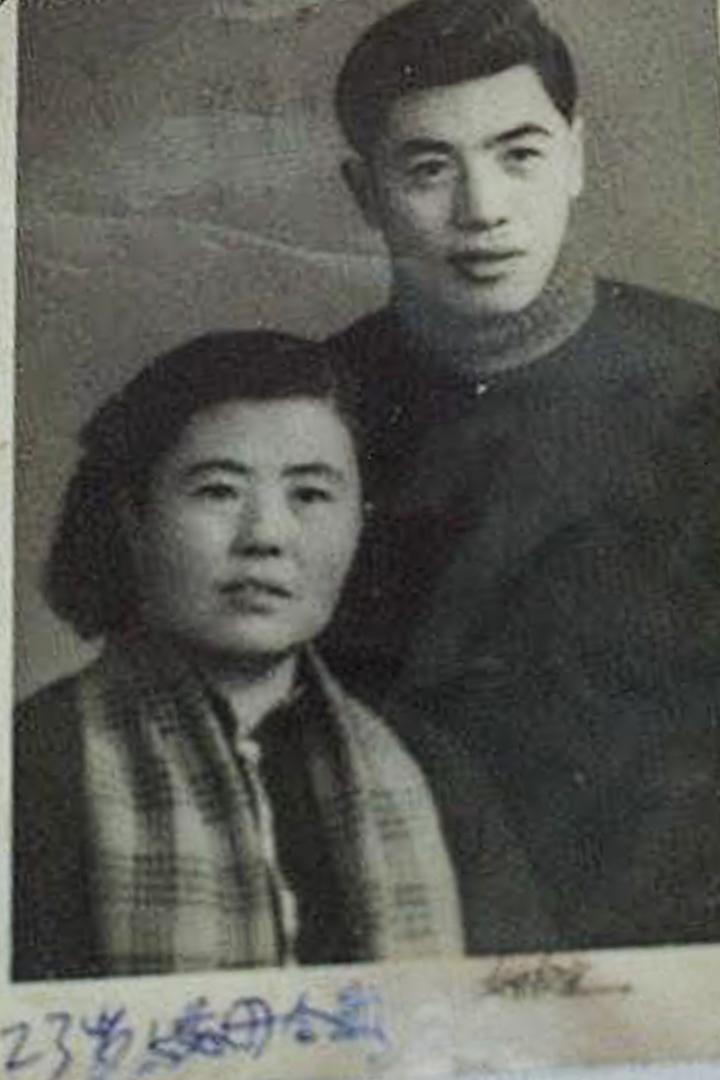 23歲的寧國風與母親。