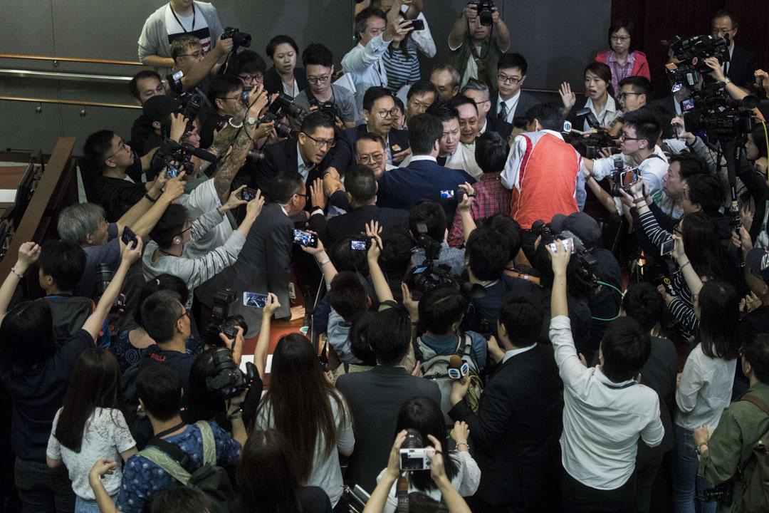 09:07AM - 經民聯議員石禮謙在數名建制派議員保護下,走進正在進行由涂謹申主持的法案委員會,民主派議員上前圍堵,大批傳媒湧進會議室拍攝。