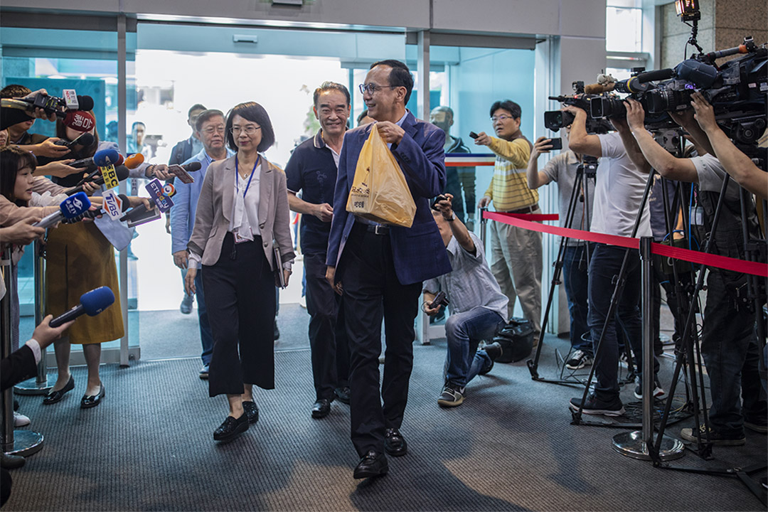 2019年5月4日,朱立倫手提著芝士蛋糕前往國民黨中央黨部與國民黨主席吳敦義會面。
