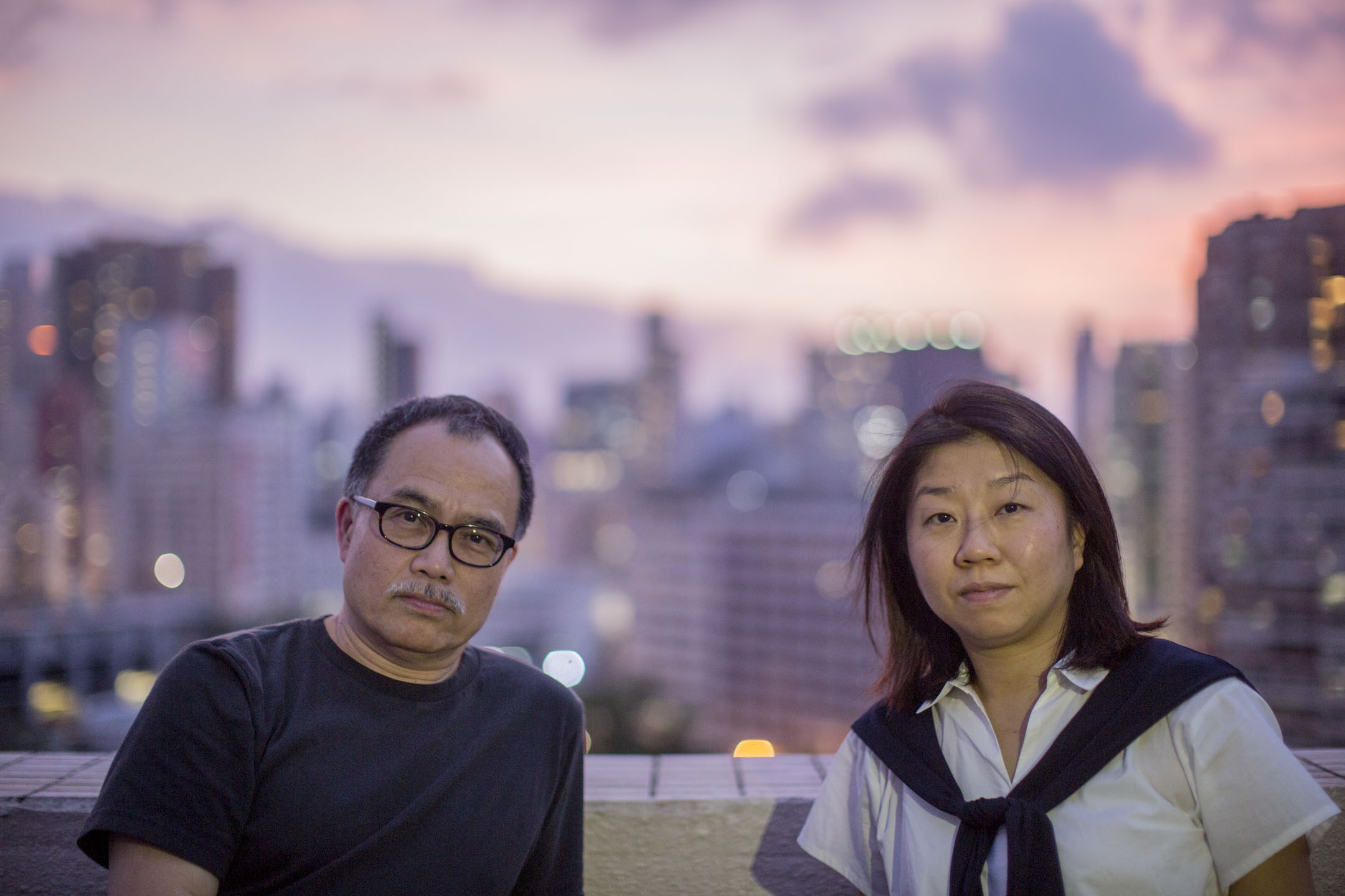 《5月35日》導演李鎮洲與編劇莊梅岩在何文田一幢民居的天台上,天空由黃金泛紅,逐漸走進暗黑一片。