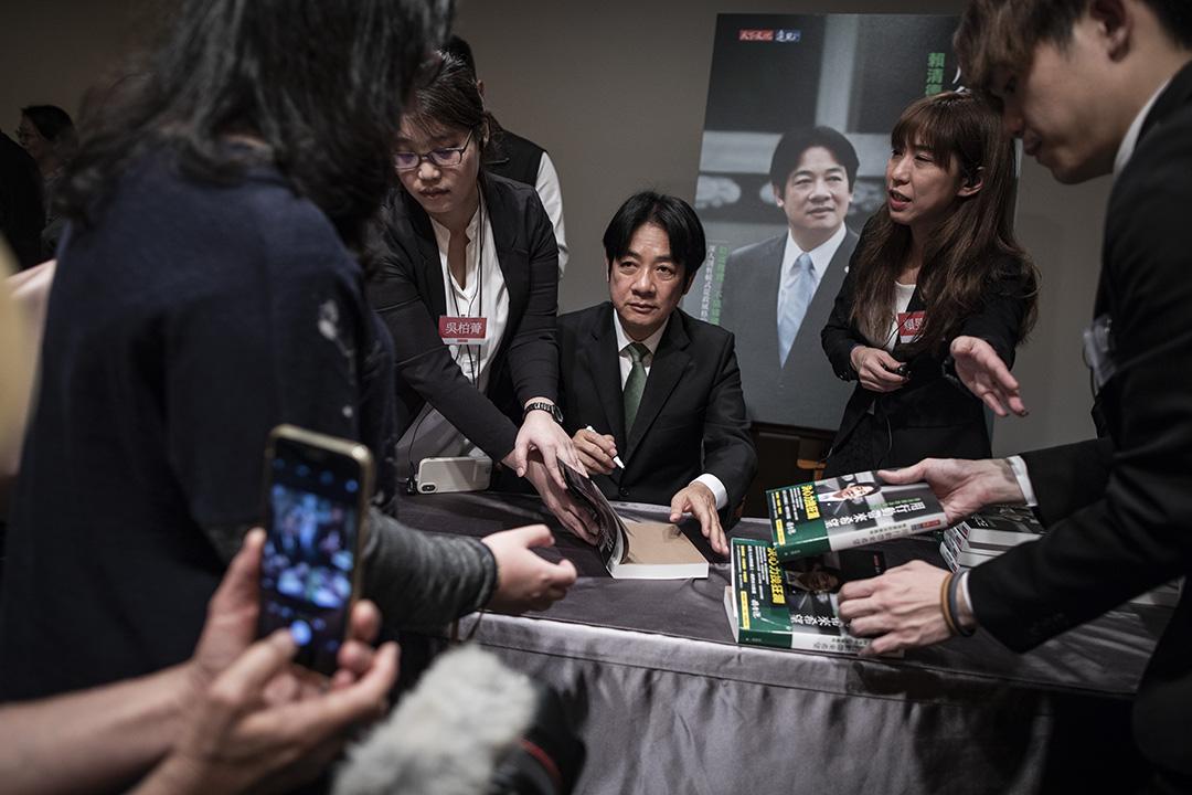 2019年3月29日,賴清德出席台北新書發表會後,為支持者簽書。
