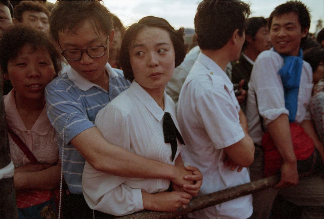 56天的「北京公社」,在過去三十年的反思中完全被忽略。人們只記得5月30日左右廣場上樹立起來的民主女神像,卻淡忘了廣場指揮部的自治管理下自由自在的佔領生活。