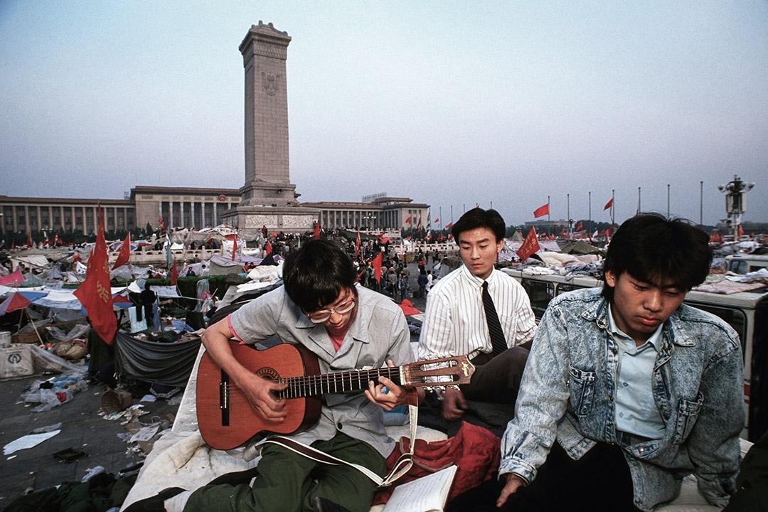 1989年6月1日,北京留守天安門的示威學生在廣場彈吉他。