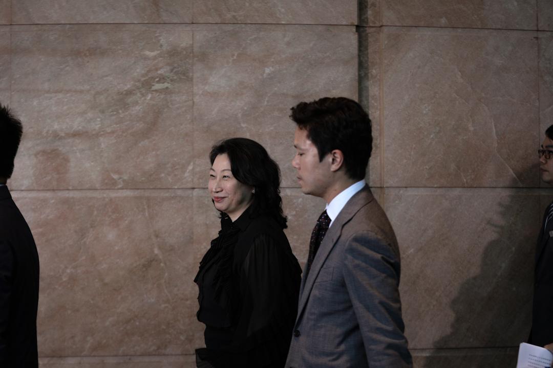 香港律政司司長鄭若驊再度被指涉及利益衝突,於去年初履任後仍處理仲裁且未有申報。圖為2019年5月24日,鄭若驊在灣仔會議展覽中心出席活動。 攝:Stanley Leung / 端傳媒