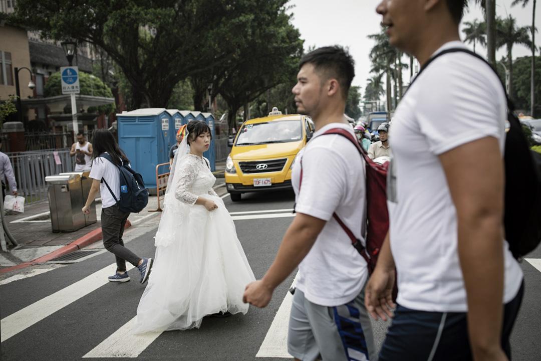 2019年5月14日,台北立法院外,團體「婚姻大平台」在青島東路上舉行「協商不能退」集會,一名參加者穿上婚紗。