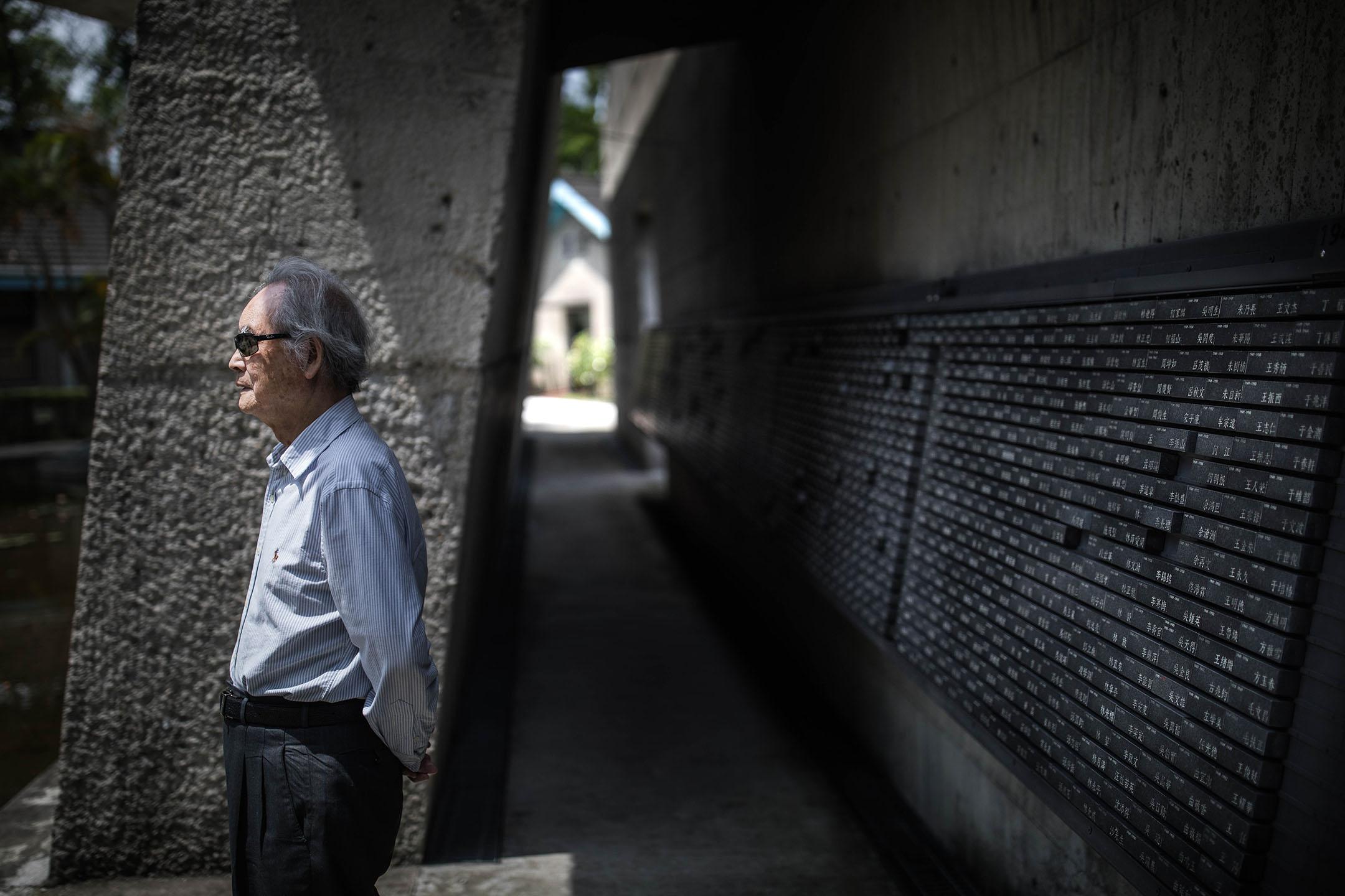 蔡寬裕在景美人權文化園區的人權紀念碑前。 攝:陳焯煇/端傳媒