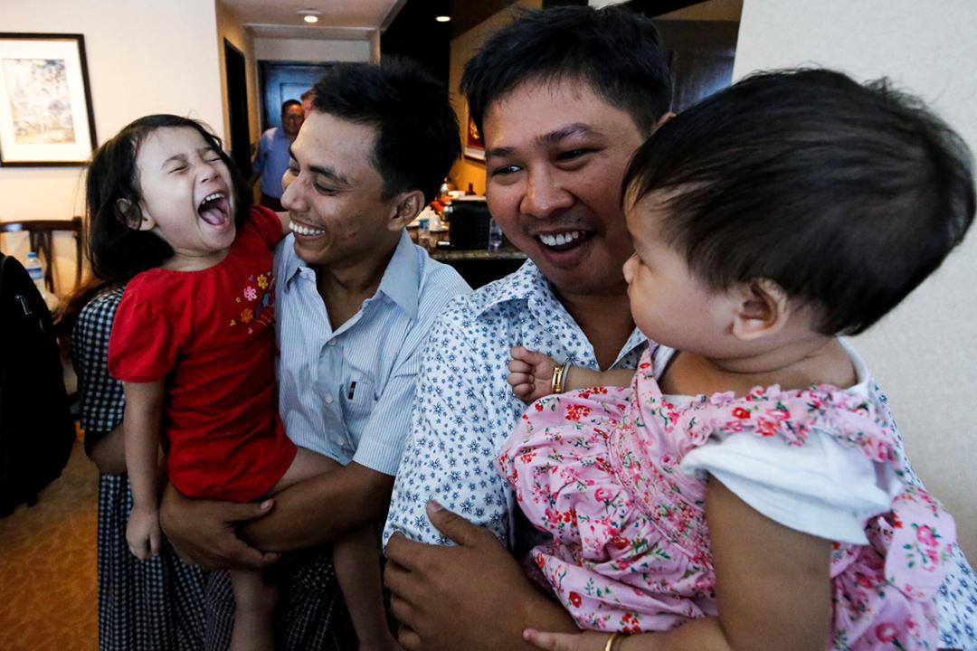2019年5月7日,路透社記者瓦龍(Wa Lone)和吳覺梭(Kyaw Soe Oo)獲特赦釋放,得以與家人團聚。 攝:Ann Wang / AFP / Getty Images