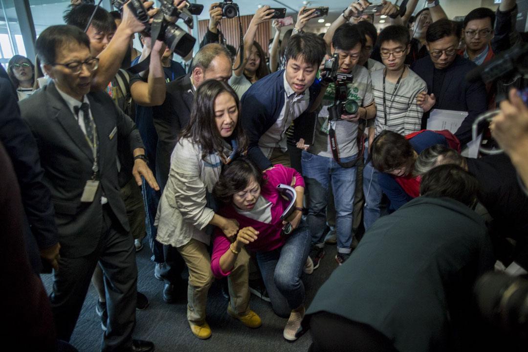 08:54AM - 工聯會議員麥美娟在前往會議室開會時跌倒。