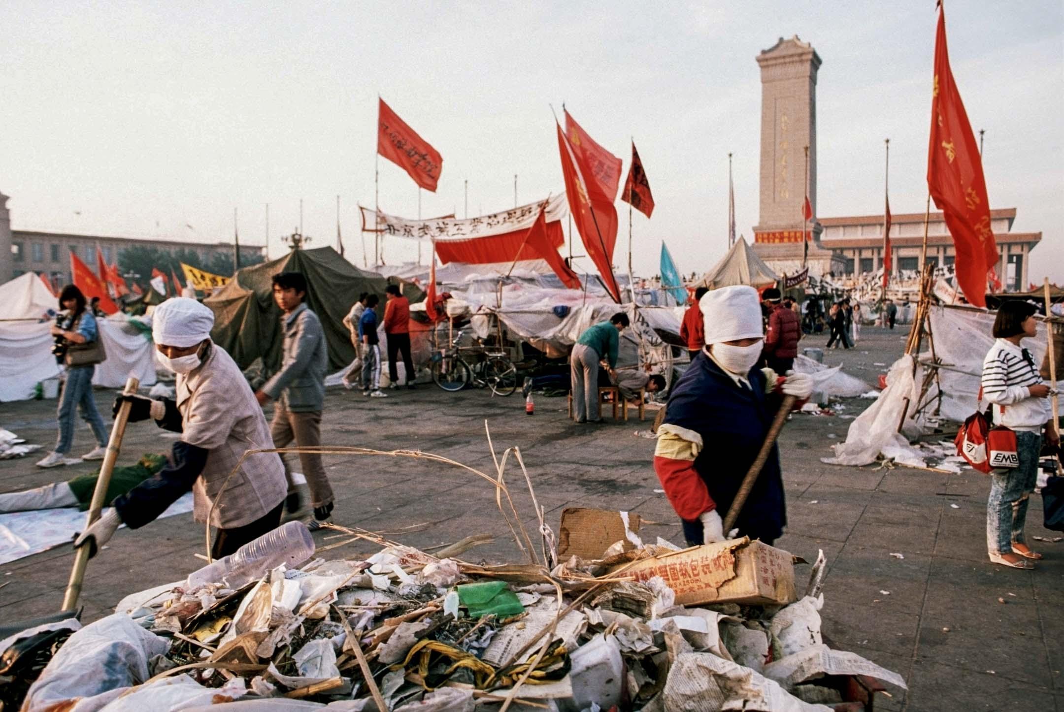 1989年4月間,與學生幾乎同時開始在天安門廣場聚集的,是北京的工人和市民。六四運動中,抗議通貨膨脹、抗議「官倒」及抗議腐敗的訴求貫穿始終。 攝:Peter Charlesworth/LightRocket via Getty Images)