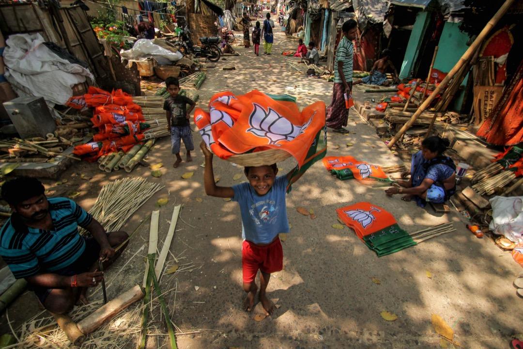 貧民窟居民被印度人民黨聘用製做選舉旗幟。