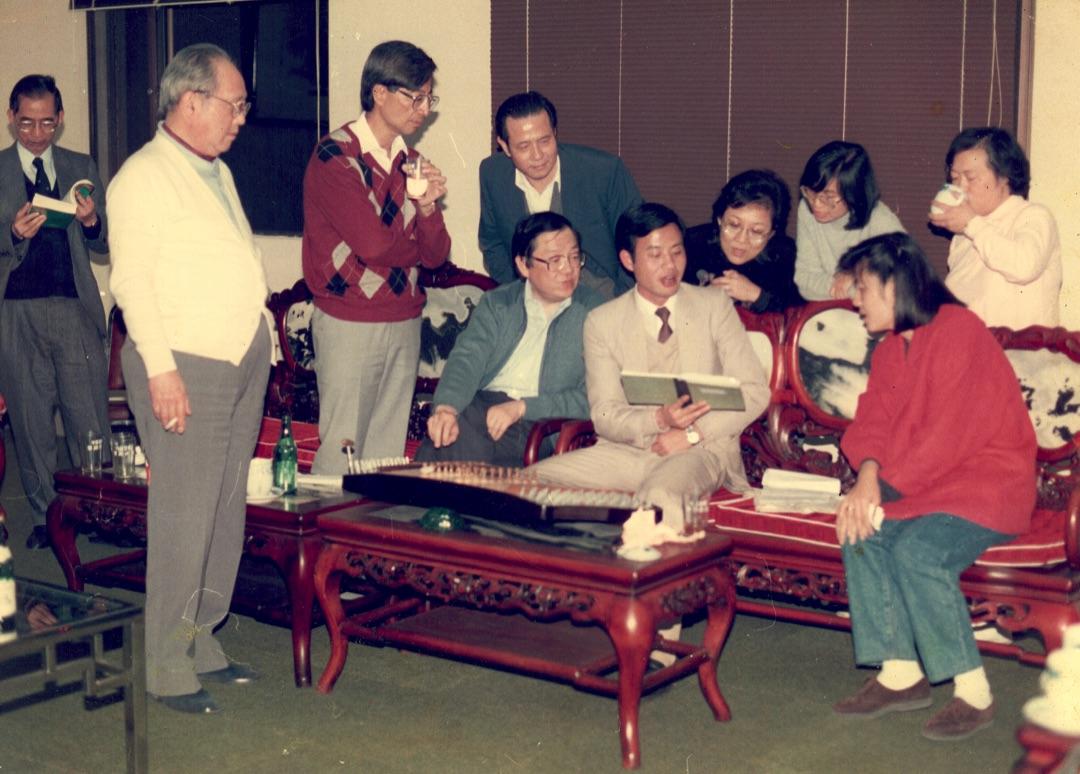 1987年,陳潤芝去昆明報道《基本法》起草委員會會議。會議過後,她和香港代表司徒華、李福善、李柱銘、烏維庸、廖瑤珠和譚惠珠,以及中方官員鄭偉榮一齊,在大廳裏唱歌。那時氣氛融洽。