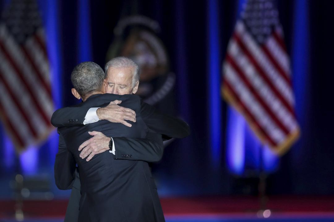 2017年1月10日,奧巴馬在芝加哥向全國發表告別演說後,與時任副總統喬拜登擁抱。