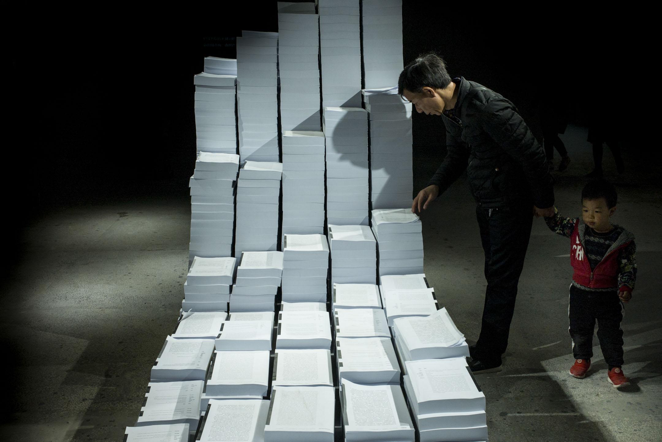 長達一年的時間裏,「書號收縮」的陰雲一直籠罩着中國大陸出版界。  2019年,中宣部終於向各出版社下發了一份內部文件,明確提到將縮減書號總量、壓縮圖書品種。 攝:林振東/端傳媒