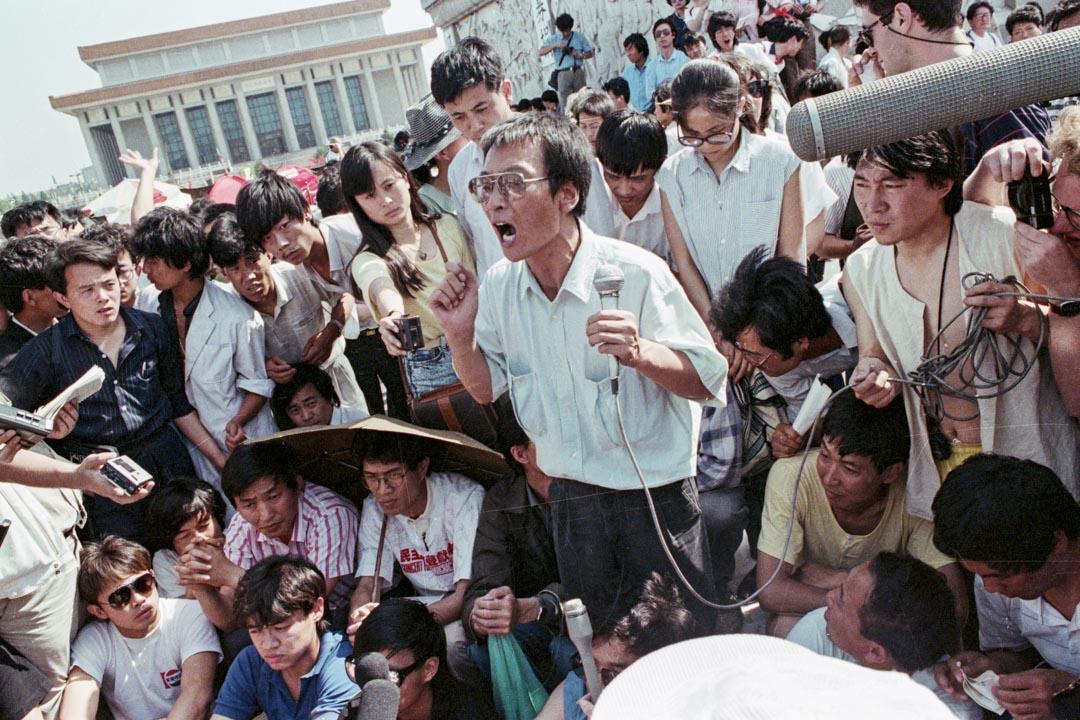 1989年,劉曉波向天安門廣場的人群發表講話。
