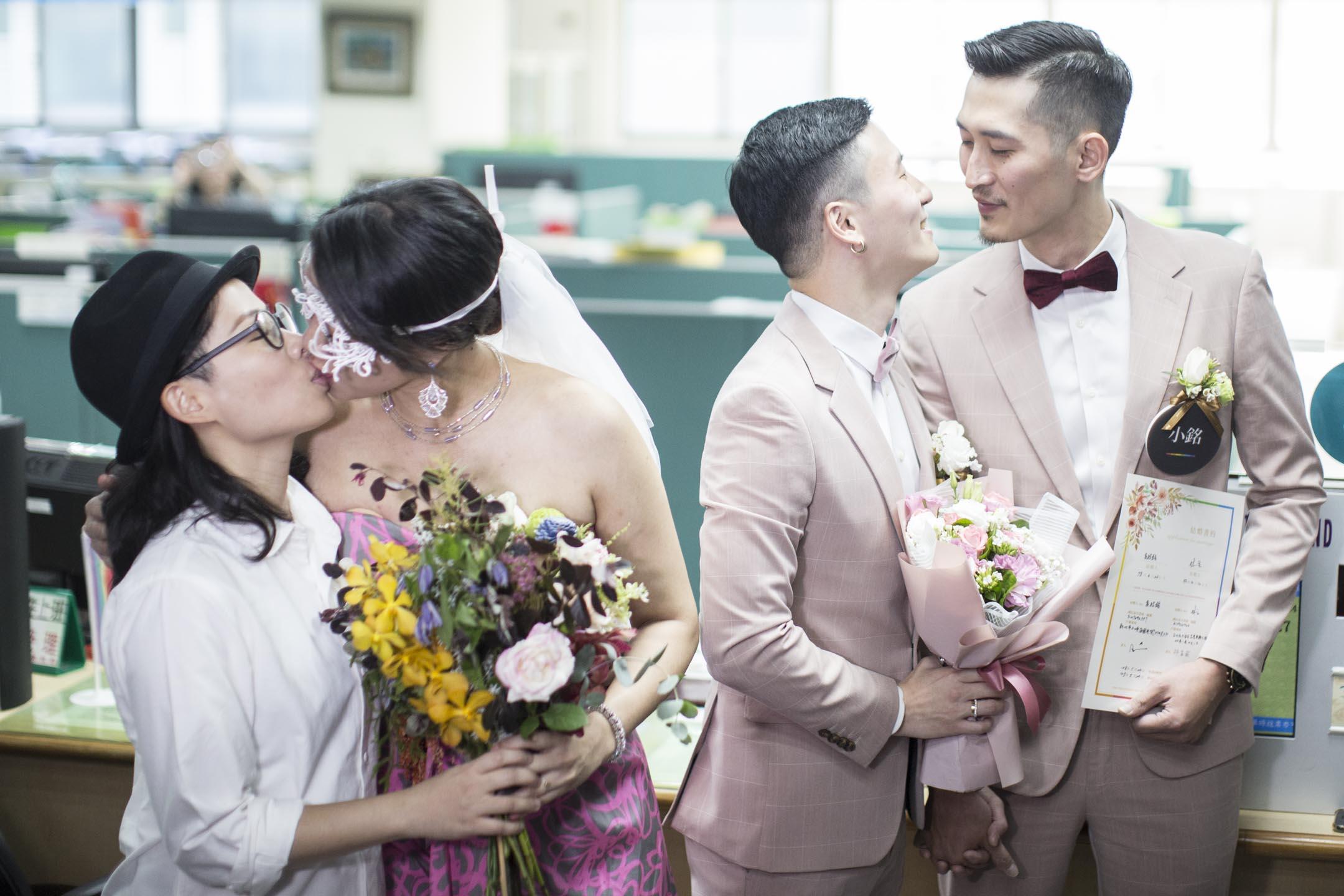 2019年5月24日,是台灣同志婚姻法案生效的首日,不少同志新人一早就來到戶政事務所搶「頭香」依法登記結婚。 攝:林振東/端傳媒