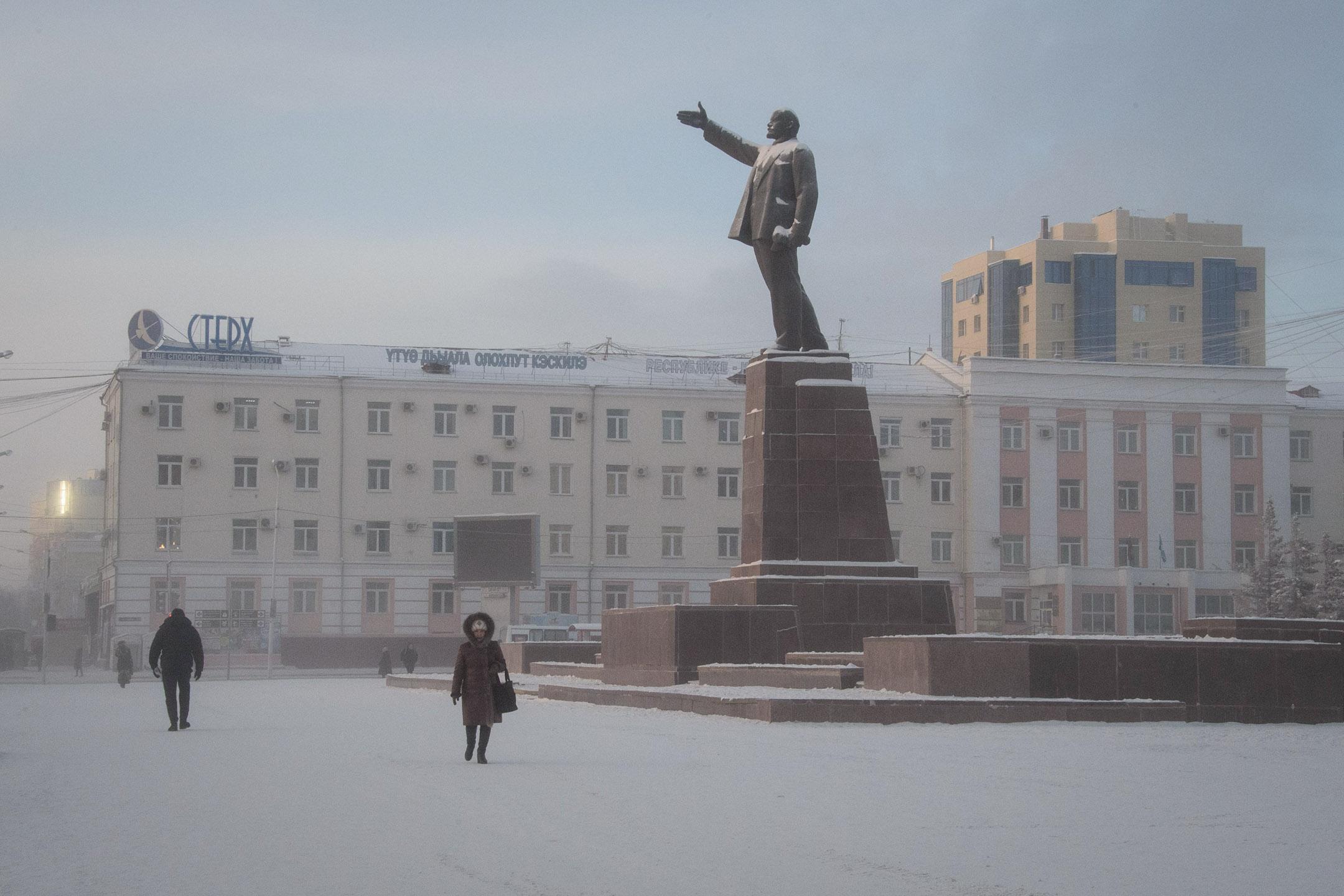 2018年11月26日,氣溫在零下35攝氏度,市民走過位西伯利亞東部城市雅庫茨克的列寧紀念碑。 攝:Mladen Antonov/AFP via Getty Images