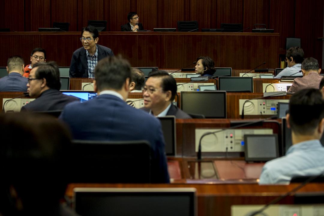 建制派議員第二度進入會議室,但以背對著正主持會議的主席涂謹申。