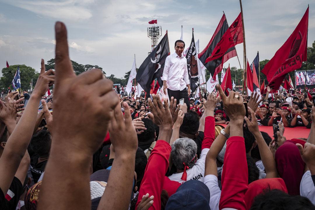 2019年4月4日,印尼現任總統Joko Widodo在爪哇省梭羅舉行競選集會,接受支持者的歡呼。