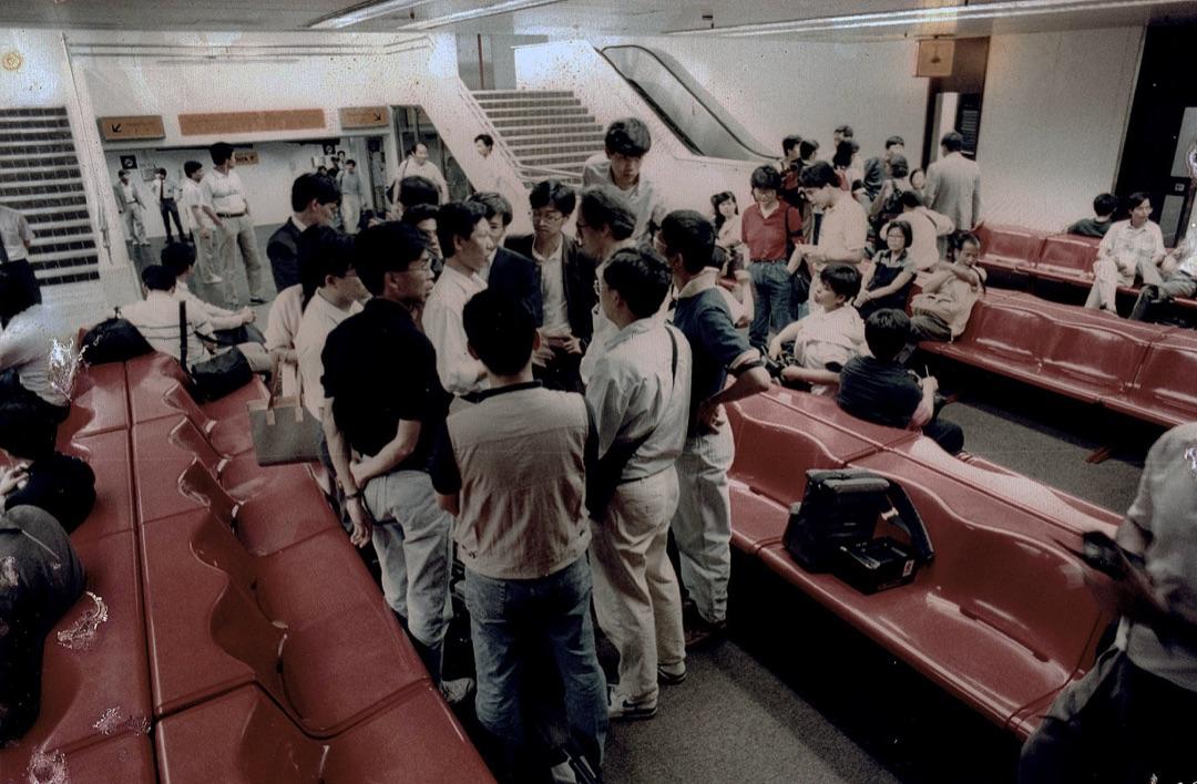 甫下機,警方政治部人員向記者了解北京狀況。
