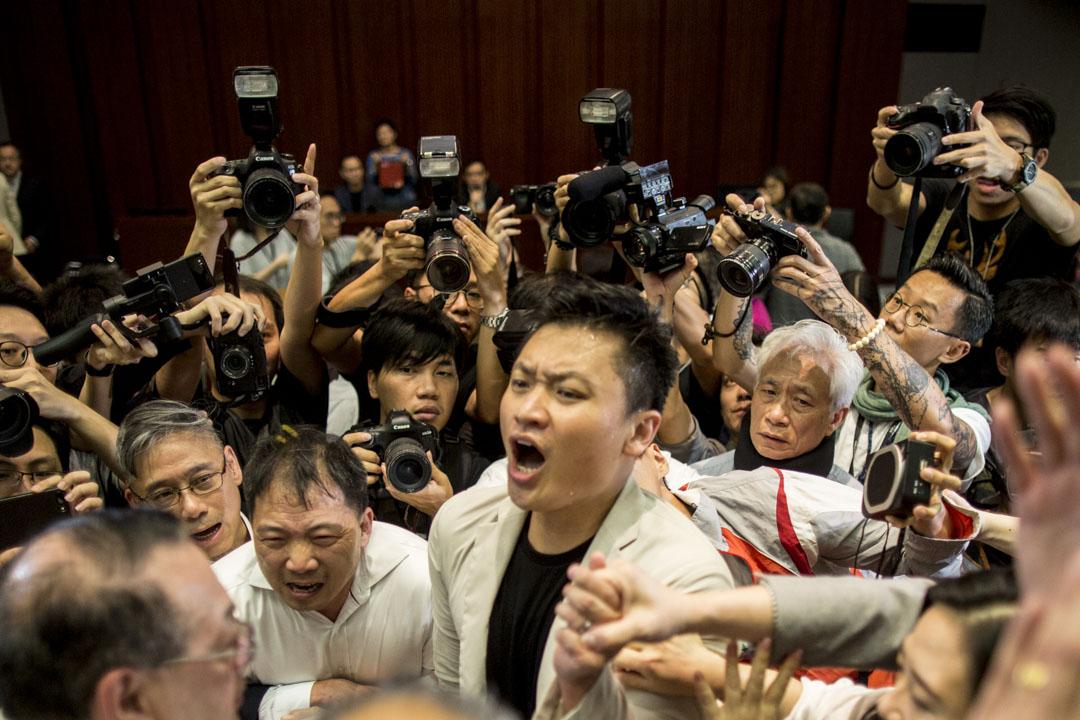 2019年5月11日,石禮謙在數名建制派議員保護下,走進正在進行由涂謹申主持的法案委員會,民主派議員上前圍堵。
