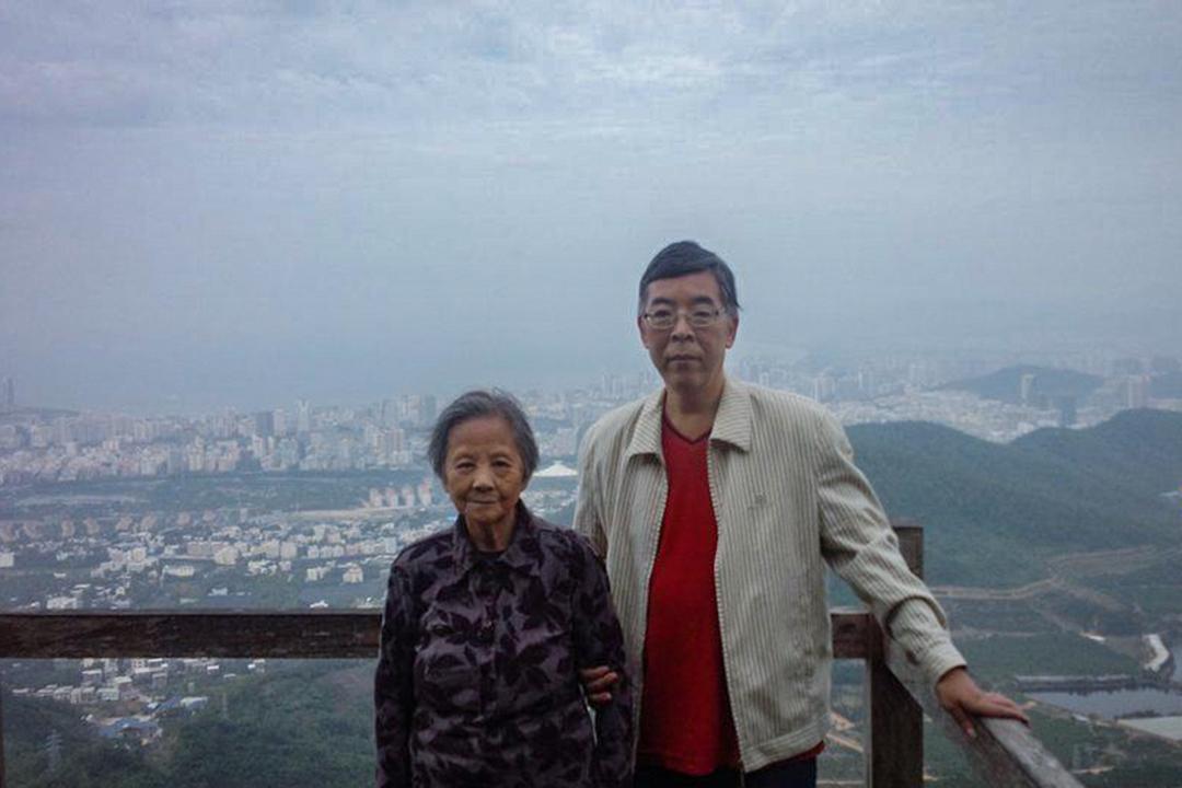 吳仁華與他的母親。