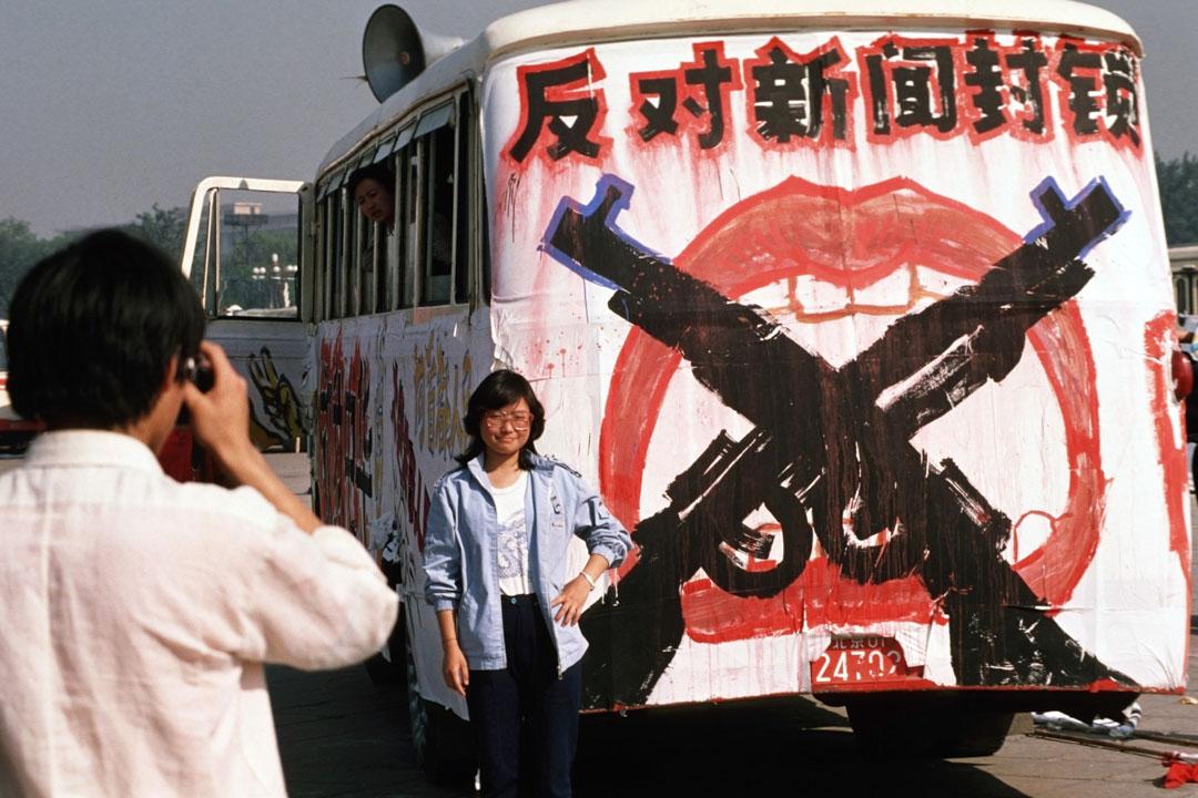 大陸當局除了透過不同方法製造論述外,與此同時便是控制資訊,其中一個打擊對象便是身在中國的外國和香港記者,防止將學運的採訪資料穿越中國的封鎖線送到境外。