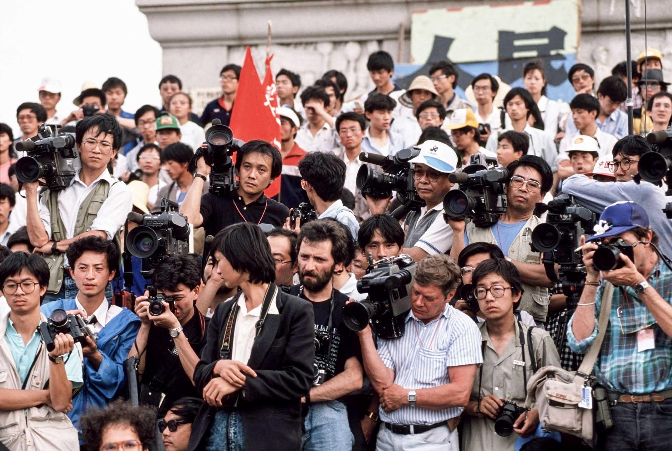 1989年天安門學運期間,中方於五月底突然加強對外國記者施壓,然而報告指大部分記者計劃繼續採訪工作,希望利用國際輿論去防止當局強力鎮壓,部分記者甚至對當局有機會鎮壓作好準備。 攝:Peter Charlesworth/LightRocket via Getty Images