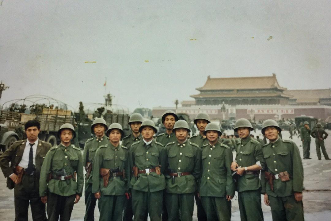 李曉明(後排左二)拿出1989年6月5日在天安門廣場上拍的照片,那是116師高炮團一營所有軍官的合照,「大家都穿著戰士服裝,這張照片我2000年出國就帶出來了。」