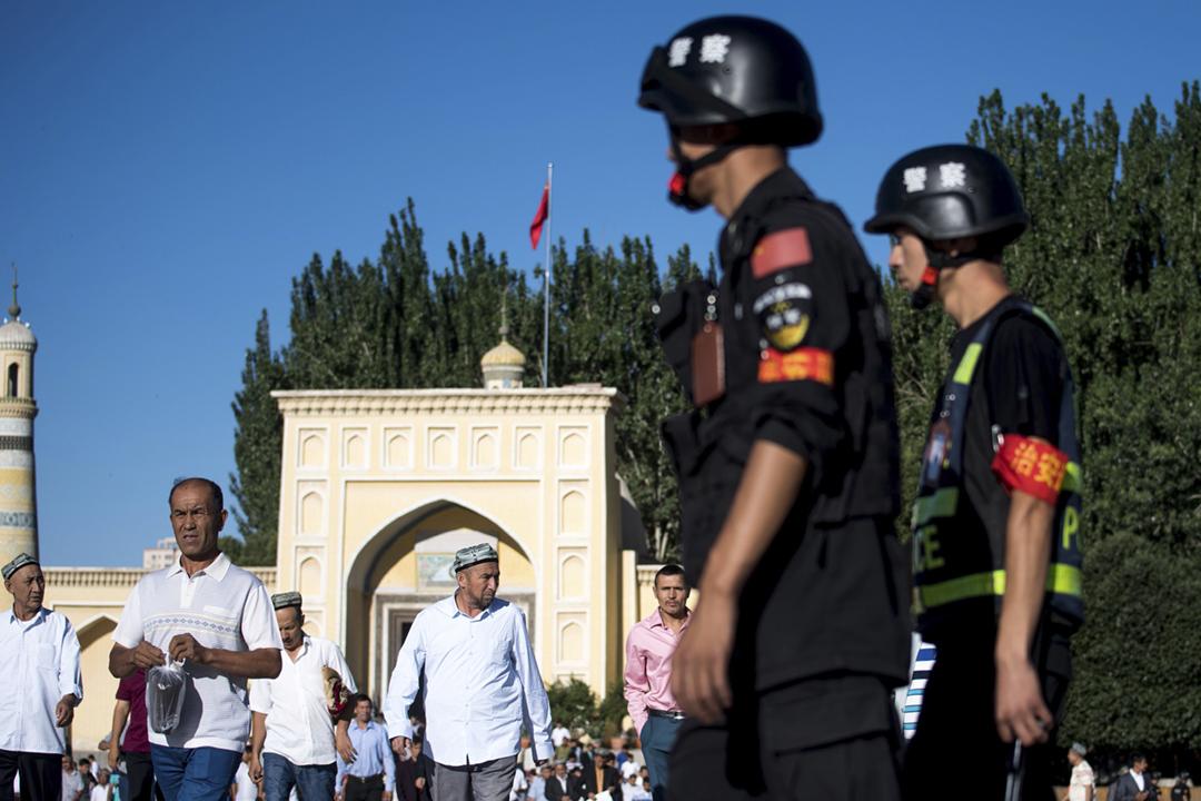 「人權觀察」發表調查報告,指中國政府透過手機應用程式,大規模地收集新疆民眾的個人資料,並將36種行為及51款手機程式列入「黑名單」。圖為2017年6月26日在新疆喀什,公安在一座清真寺附近巡邏。 攝:Johannes Eisele / AFP / Getty Images
