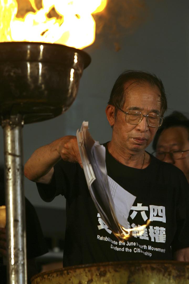 1997香港回歸,傳媒開始把六四以一種道德勇氣的報導框架呈現,例如司徒華和義工如何大無畏地救助逃亡學生的事跡,「那一兩年把六四事件昇華到一件不只是純粹發生在幾年前的事,而是象徵了一種道德勇氣、香港的價值觀,以及香港跟大陸的相異之處。